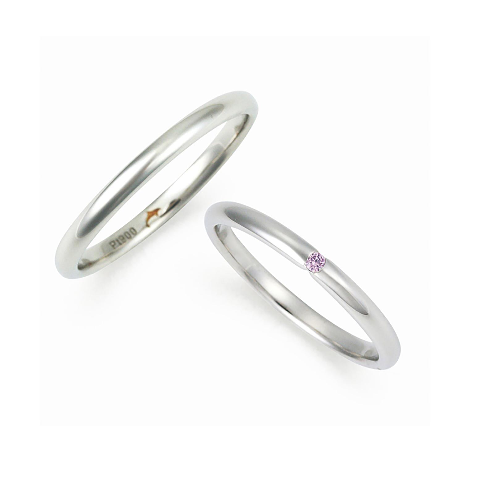 細身で華奢なシンプルストレートタイプの結婚指輪(マリッジリング)レディースには天然ピンクダイヤモンドが一粒入っています。