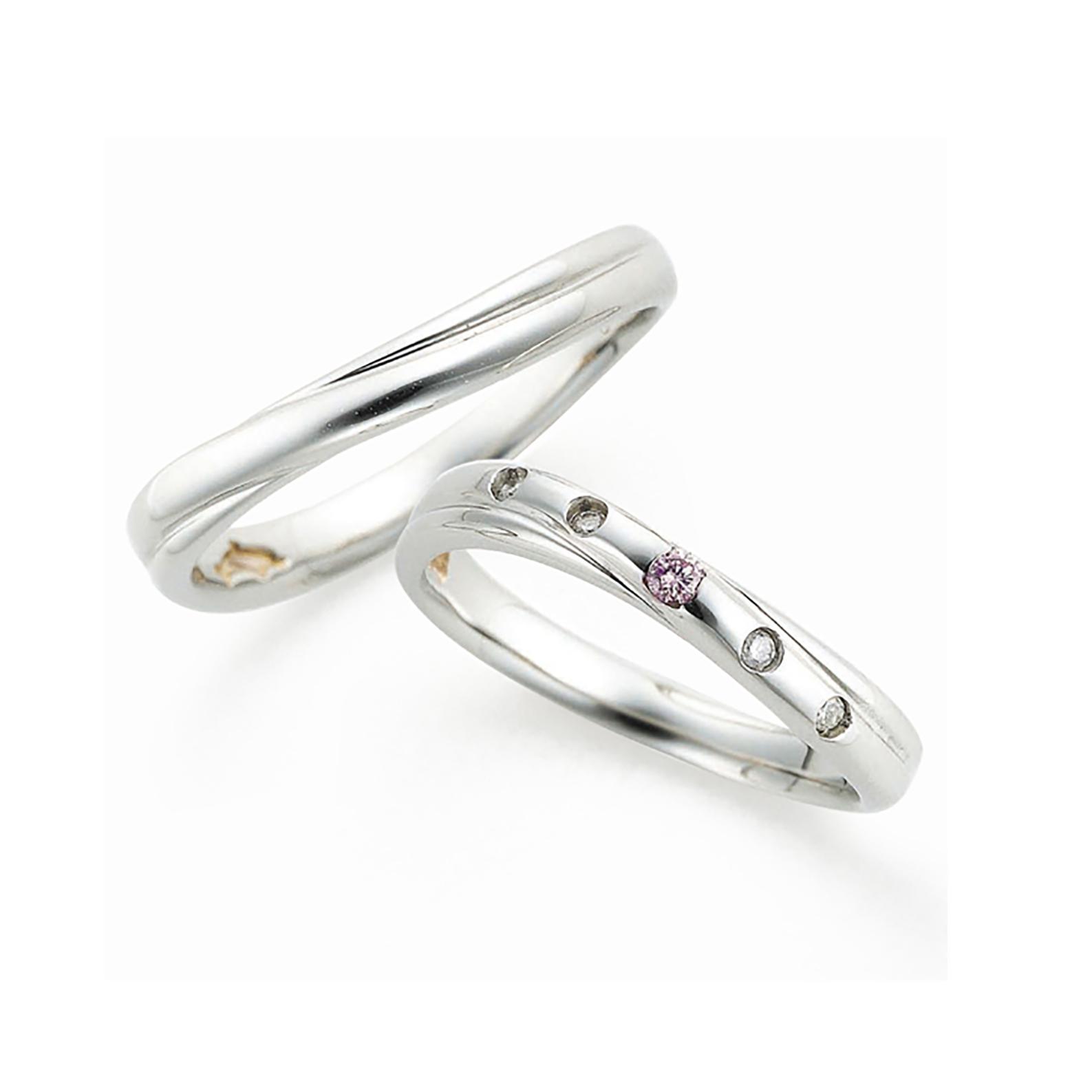 クロスラインのボリューム感のある結婚指輪(マリッジリング)レディースには天然ピンクダイヤモンドとホワイトメレダイヤモンドがドットの様に入っています。