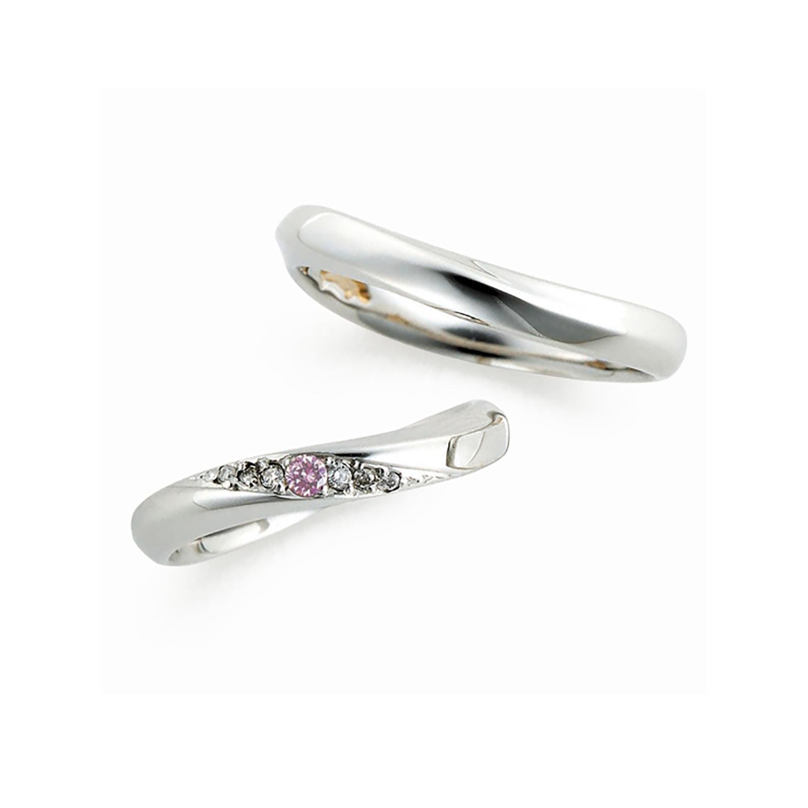指の付け根とは逆のウェーブラインがデザインを引き立てている結婚指輪(マリッジリング)斜めにメレダイヤモンドが入っていて人気なデザインです。