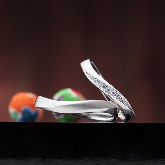 緩やかなウェーブラインの結婚指輪(マリッジリング)やや平らな形状なので大人っぽい印象になります。