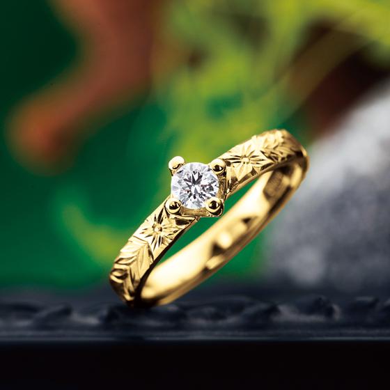 伝承や伝統と言った意味がありハワイの伝統的な模様彫りの婚約指輪(エンゲージリング)