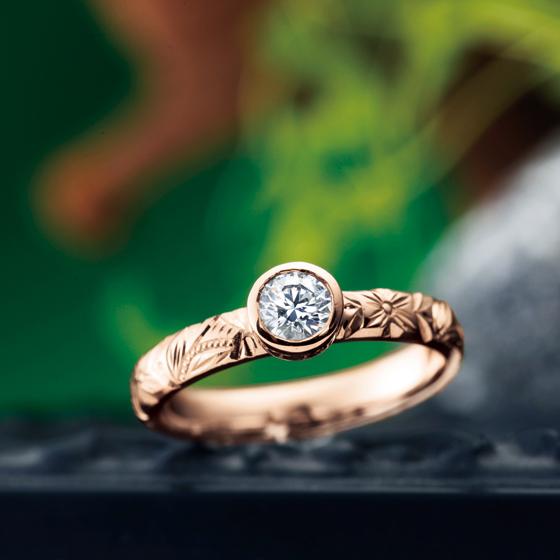 アームはOHANAをベースに、ダイヤモンドを爪留めではなくフクリン留めなので普段使いにもおすすめな婚約指輪(エンゲージリング)