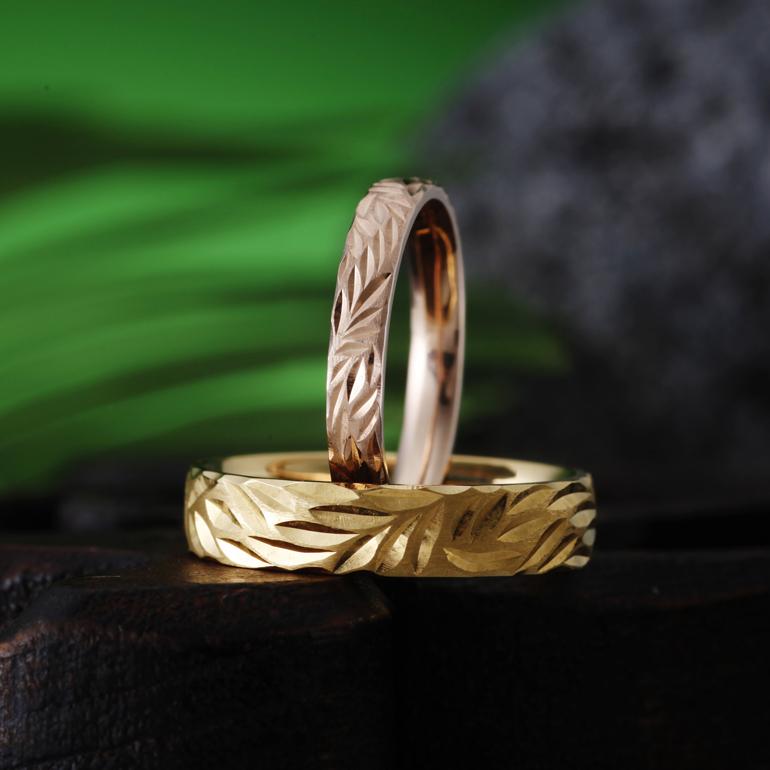 平打ちリングに海の神カナロアをイメージした彫りデザインが特徴の結婚指輪(マリッジリング)
