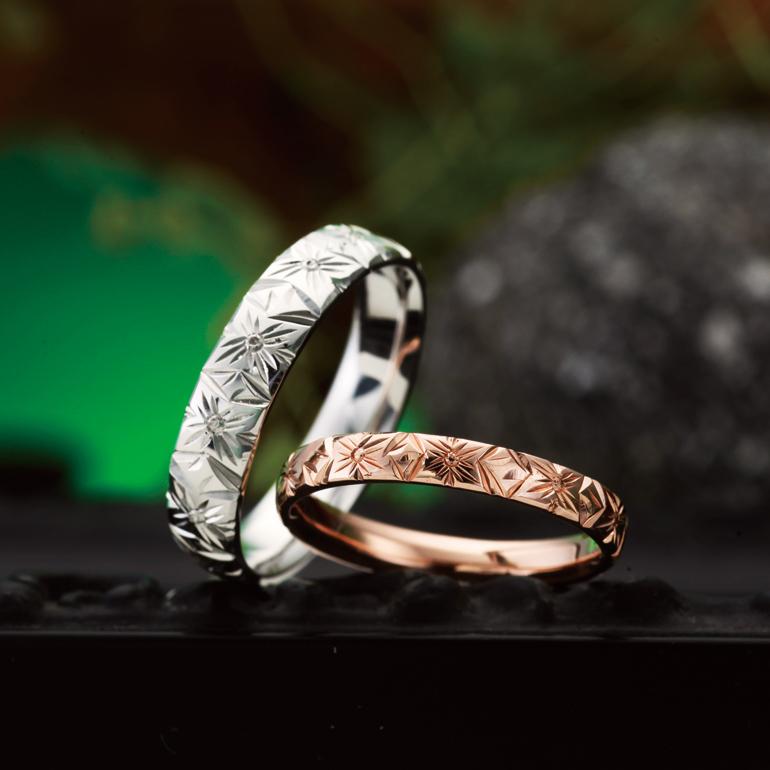 プルメリアがブーケ(花束)の様に連なった幸せに溢れる結婚指輪(マリッジリング)