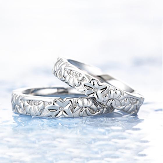 神にささげる花でもある縁結びの花「ハイビスカス」がデザインされた結婚指輪(マリッジリング)