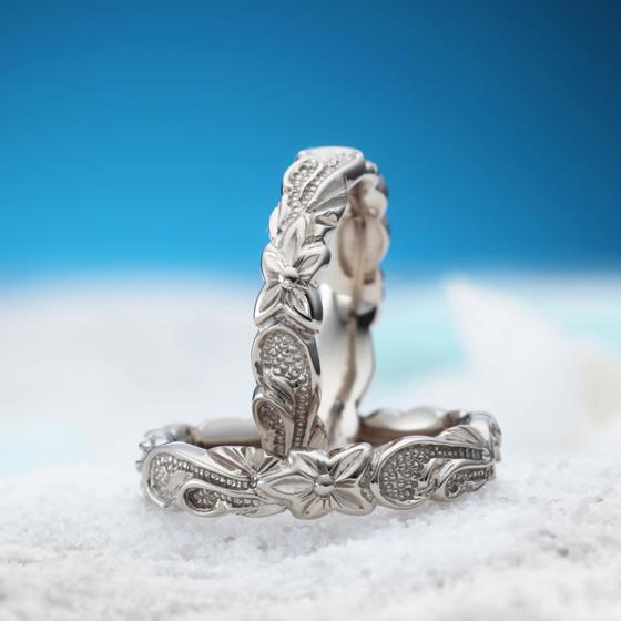手にすると幸せになるという伝説の花プルメリアとスクロールをデザイン。カットアウト(凹凸)があり躍動感ある結婚指輪(マリッジリング)