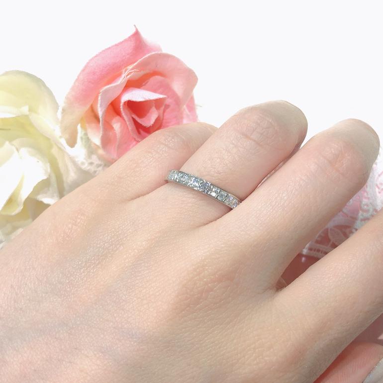 とてもゴージャスなハーフエタニティタイプのマリッジリング。中心の天然ピンクダイヤモンドが引き立ちます。