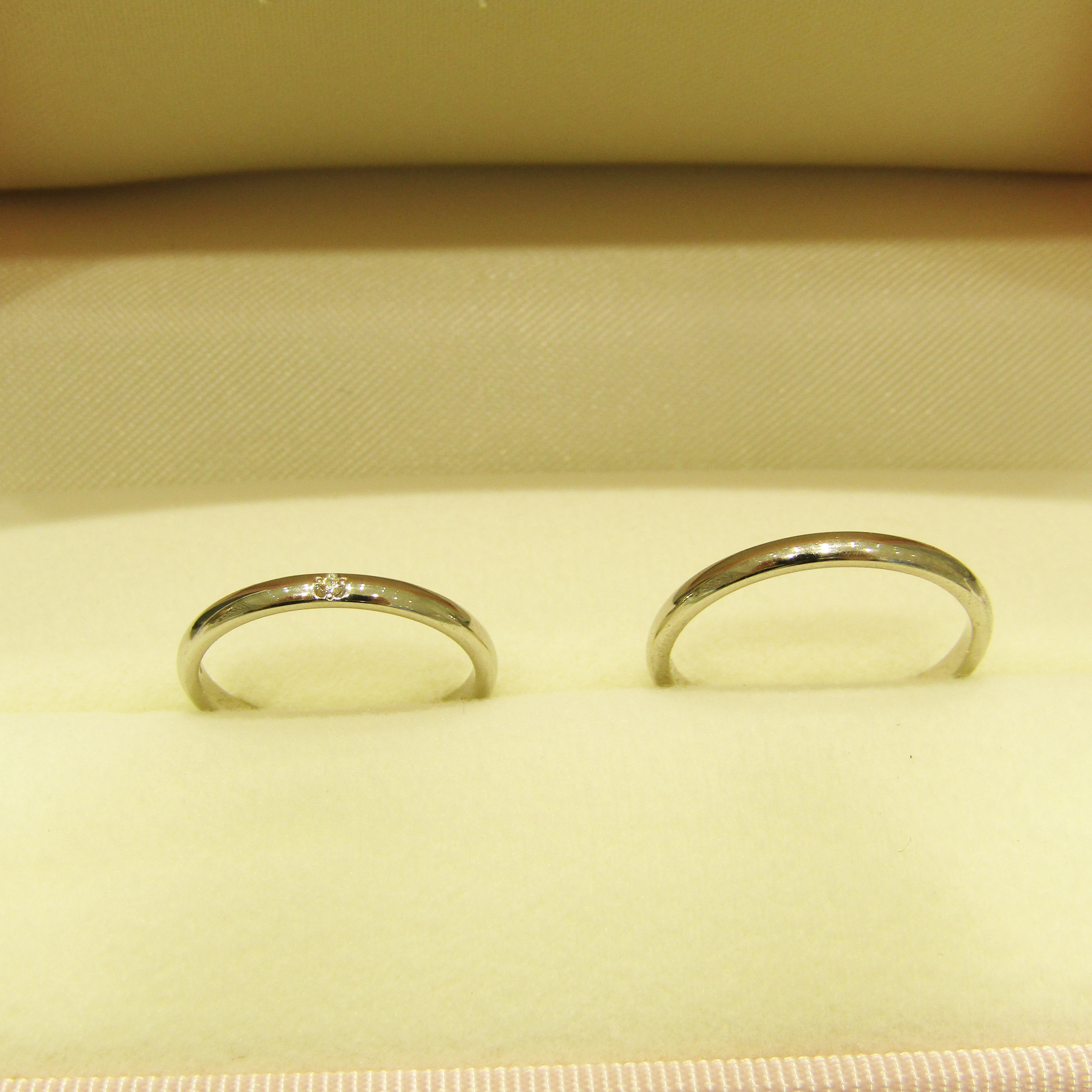 >とてもシンプルで細身なデザインの結婚指輪。エンゲージリングとの相性も抜群でした。