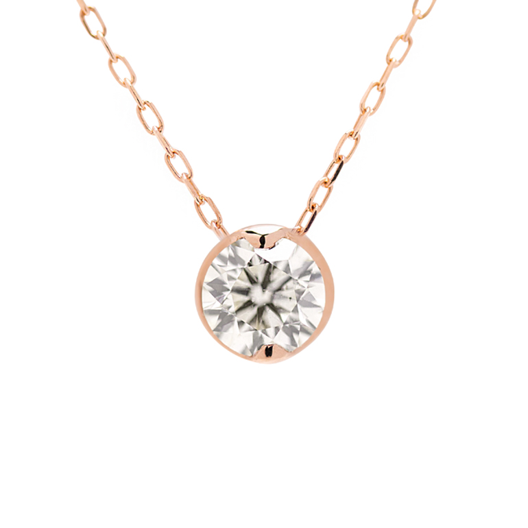 ダイヤモンドが引き立つように台座が一回り大きくお作りしています。2点留めなのでスッキリとした印象。