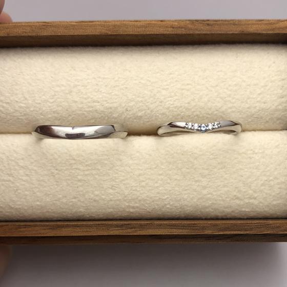 >香さんのマリッジリングにはアイスブルーダイヤモンドをセッティング。