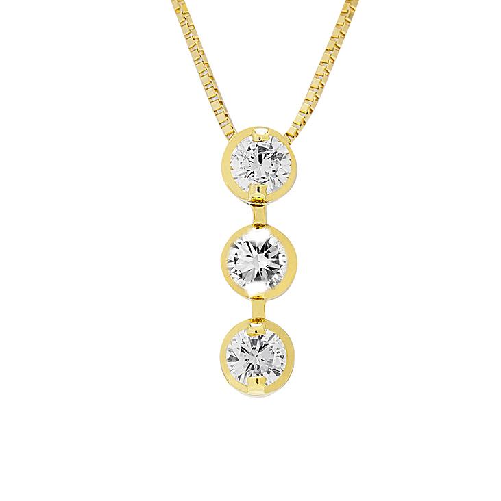 「過去・現在・未来」を表すスリーストーンダイヤモンドネックレス。3石のダイヤモンドが胸元で輝きます。