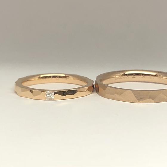 >個性的な槌目仕上げのマリッジリング。プリンセスカットダイヤモンドが幅いっぱいに入っていて素敵なマリッジリングになりました。