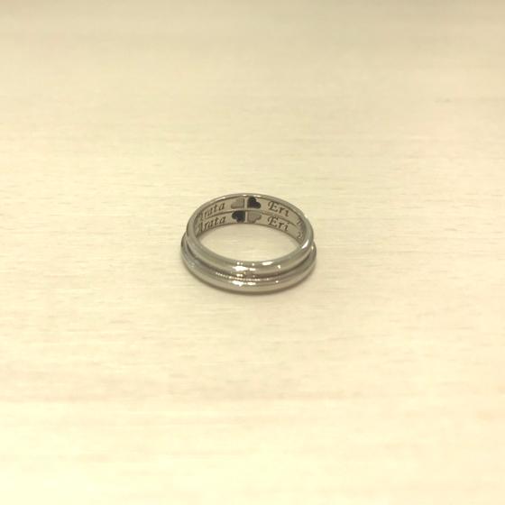 >結婚指輪の内側に重ね刻印で四つ葉のクローバーをお入れしました。