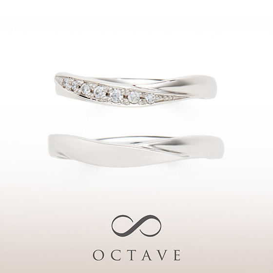 お指をきれいに見せてくれるVラインの結婚指輪(マリッジリング)レディースには流れるようにメレダイヤモンドが入っています。メンズはマット(つや消し)加工でカッコよく。