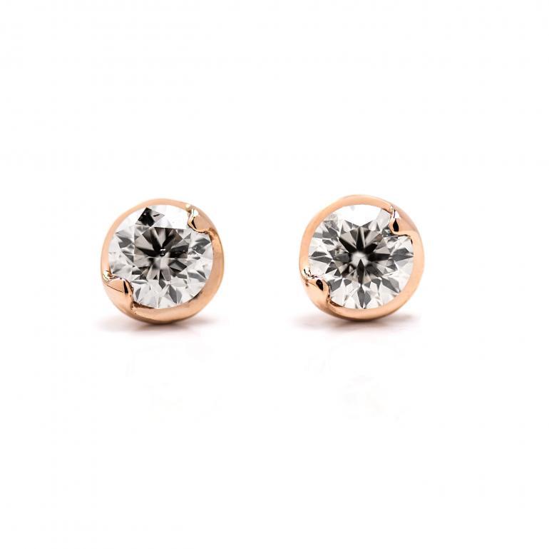 ネックレス同様、ダイヤモンドが引き立つように台座が一回り大きくお作りしています。2点留めなのでスッキリとした印象。