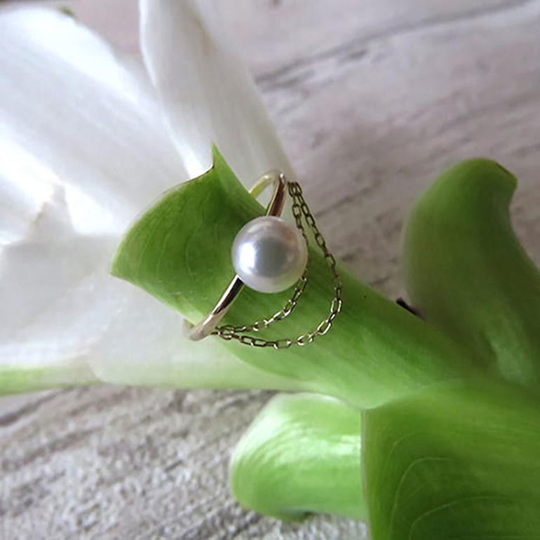 テリの良い真珠を引き立てるシンプルなデザインに個性を加えたリング