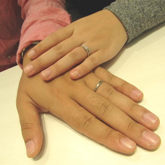 >ダイヤモンドが流れるように輝くシンプルなデザインの婚約指輪・結婚指輪にしました!