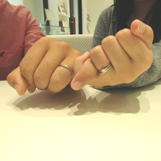 >シンプルでありながらダイヤモンドがキラキラ輝く上品なデザインの婚約指輪・結婚指輪をお選びくださいました。