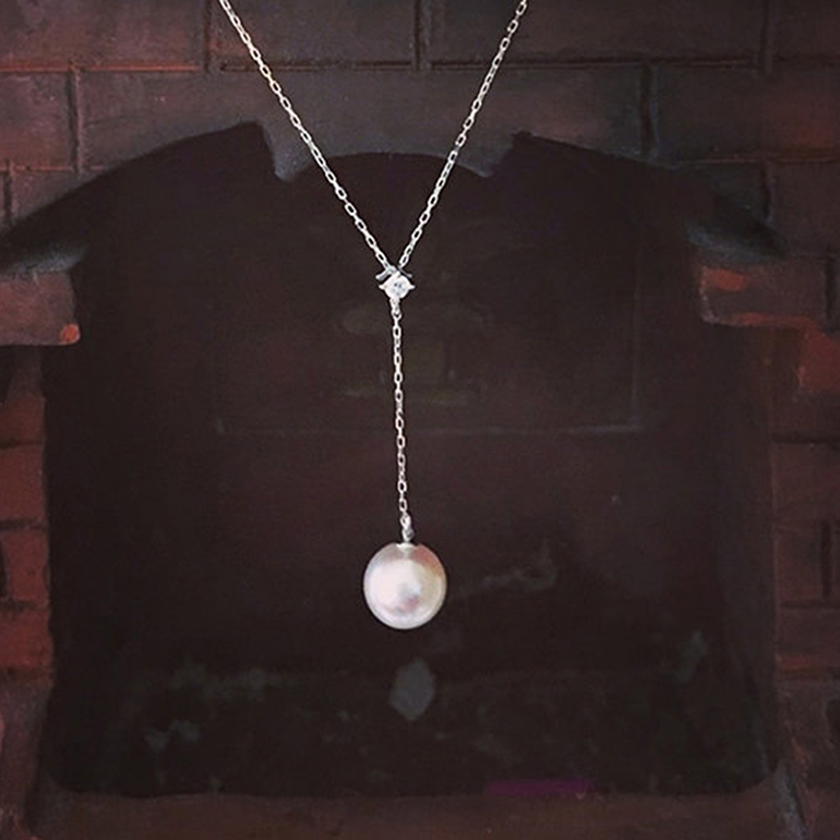 Y字のパールネックレス。メレダイヤモンドが華やかさをUPしてくれます