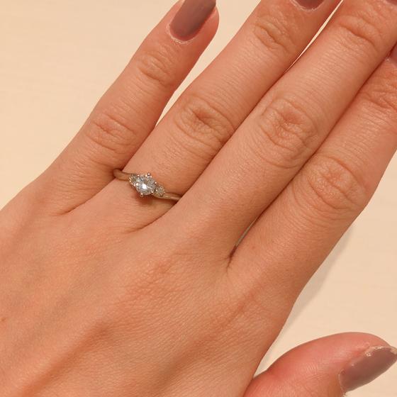両サイドのメレダイヤモンドが少し大きめで華やかない印象の婚約指輪