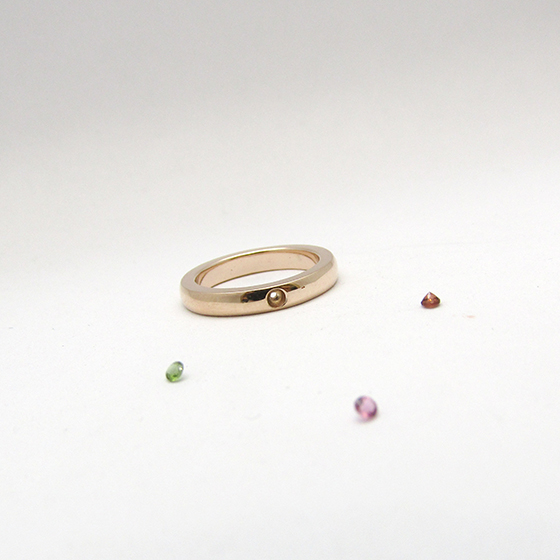 K10ピンクゴールドのベビーリング。お誕生日に合わせた宝石をお入れいたします。