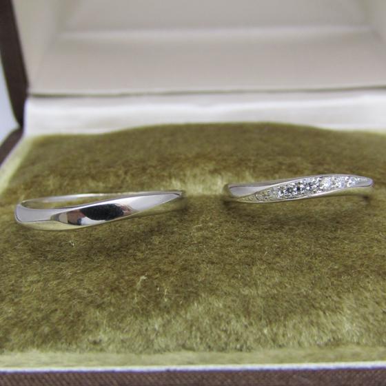 >婚約指輪に重ね付け出来るようにSラインのダイヤモンドが流れるようにデザインされた結婚指輪