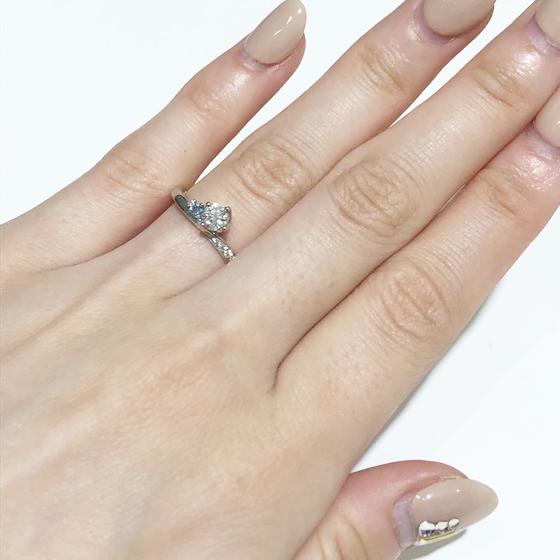 細身のリングで指が華奢に見えます。