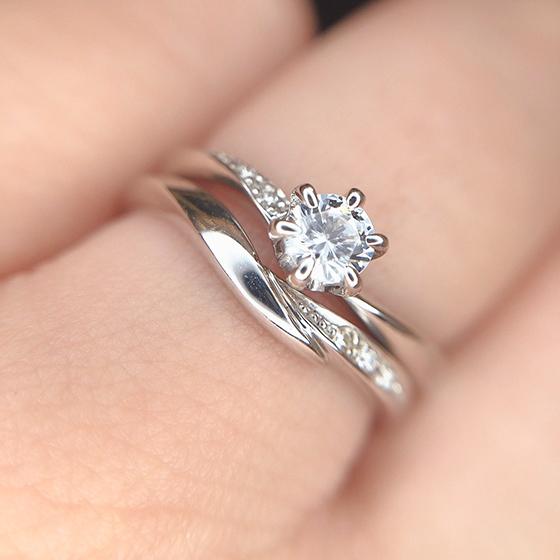 結婚指輪のUラインに婚約指輪のダイヤモンドが綺麗に収まります。