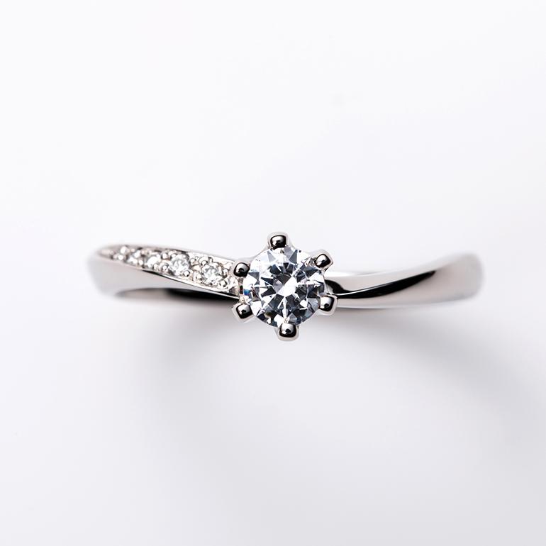 緩やかなウェーブラインはお指をキレイに見せてくれます。片側のみメレダイヤモンドが散りばめられシンプルの中に華やかさのある婚約指輪