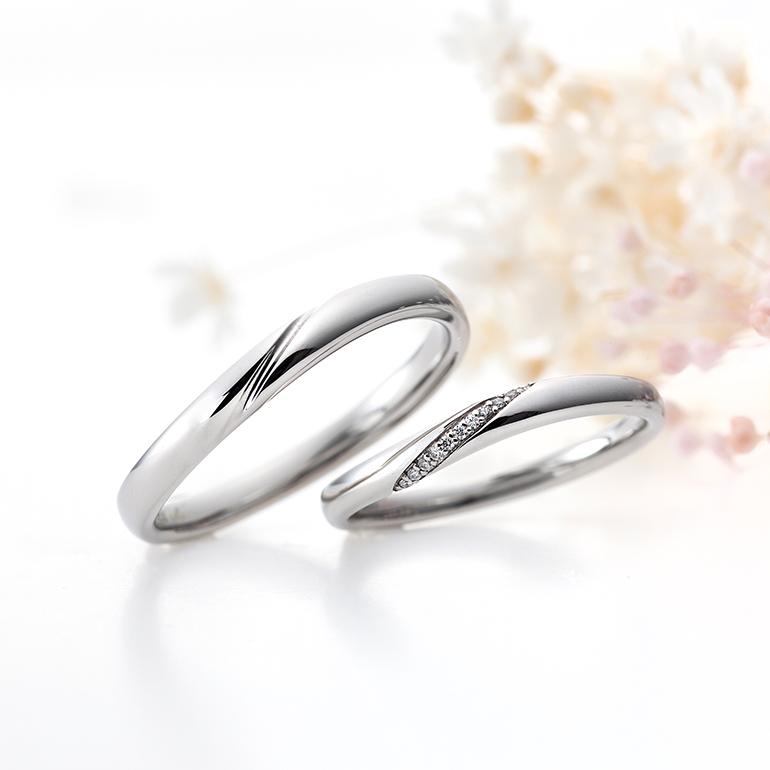 シンプルな結婚指輪は男性、女性どちらにも人気。メレダイヤモンドが斜めに流れるようにデザインされています。
