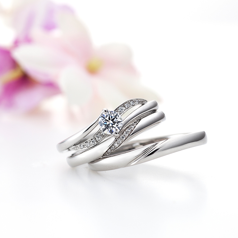 婚約指輪と結婚指輪を重ね付けできるようにデザインされています。