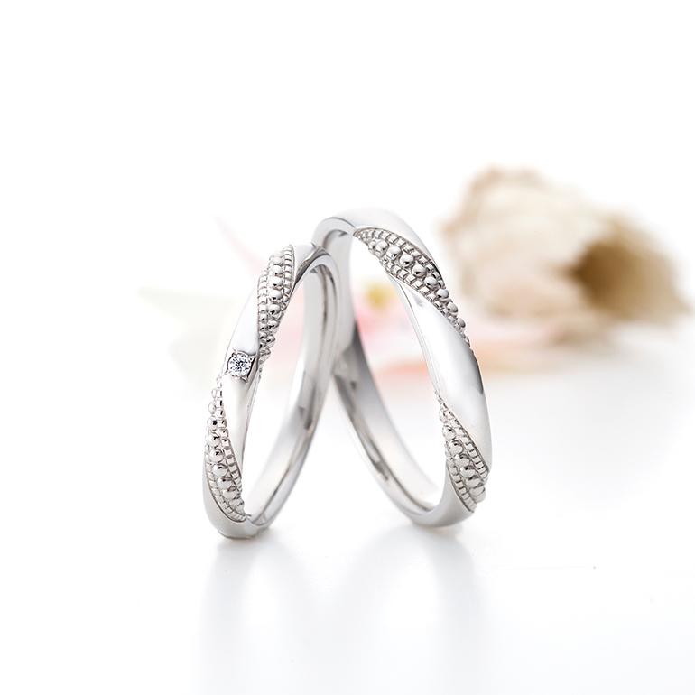 大きさの違うミル打ちを入れることで動きのある結婚指輪。ゴールドでお作りするのもおすすめです。