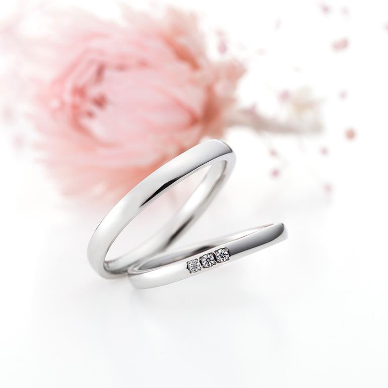 指元に沿うシンプルなSラインにメレダイヤモンドを3石セッティング
