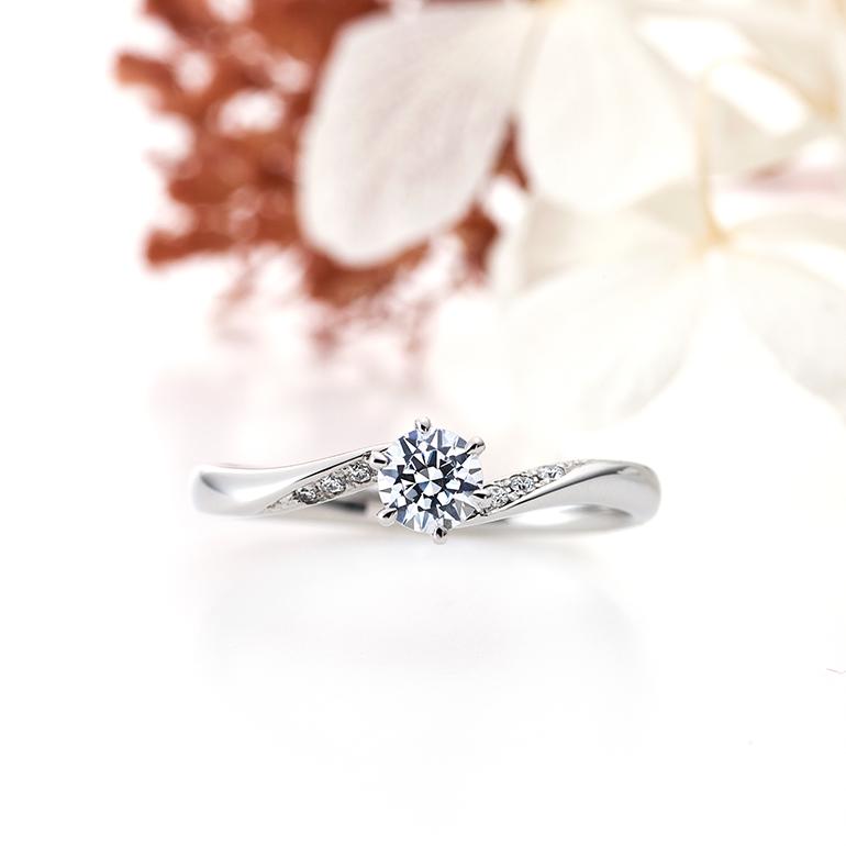 側面に向かってさりげなく入ったメレダイヤモンドがセンターダイヤモンドを引き立ててくれます。