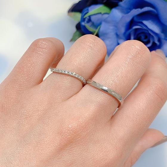 エタニティータイプのリング。華奢なので指がすっきり見えます。
