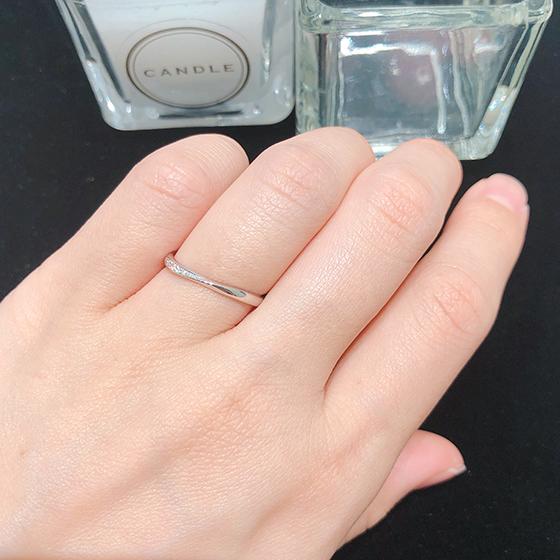 シンプルの中にも綺麗さ女性らしさを感じられるようなリング。素敵です♡