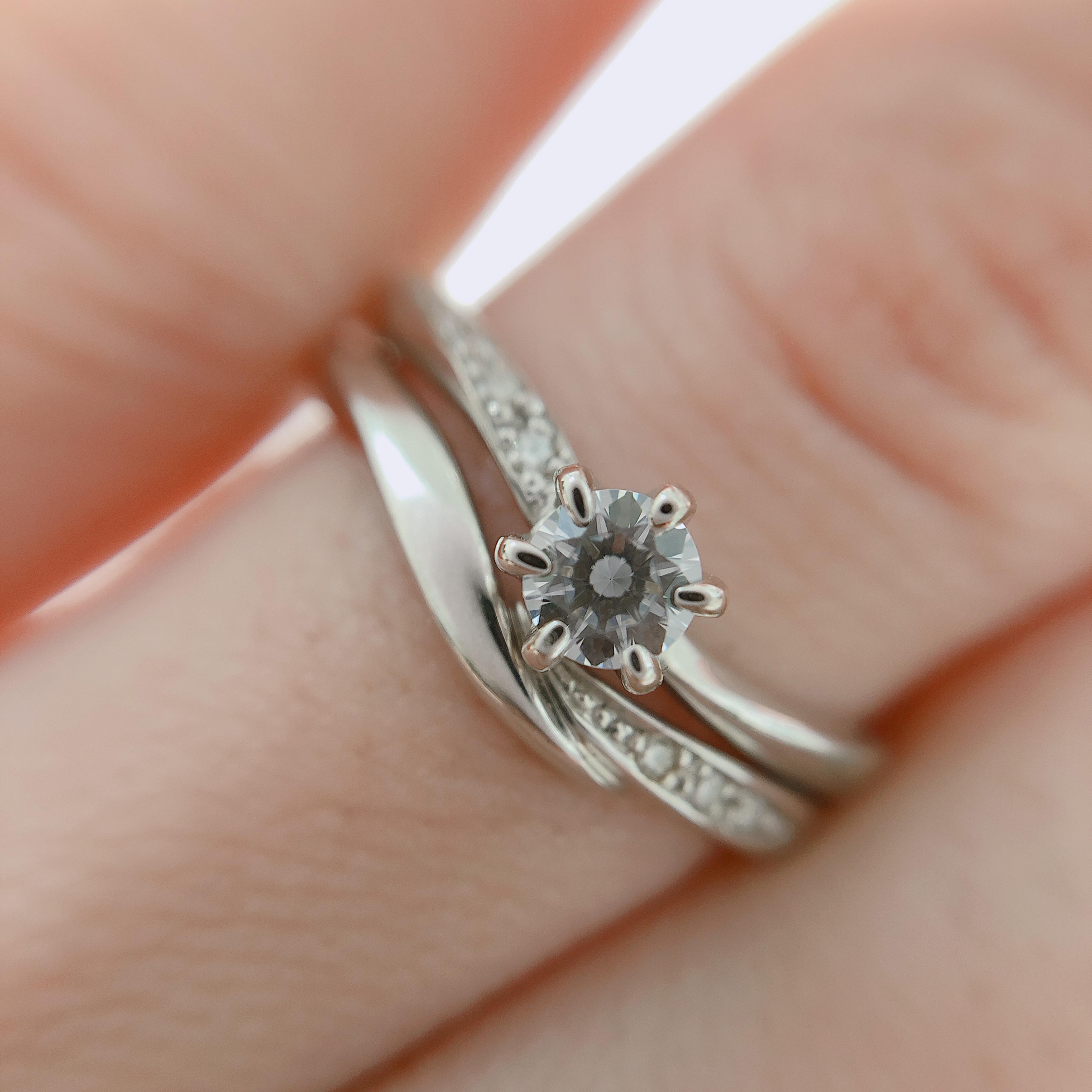 婚約指輪は、左に。結婚指輪は右にダイヤが入っているのでゴージャスな印象に♡