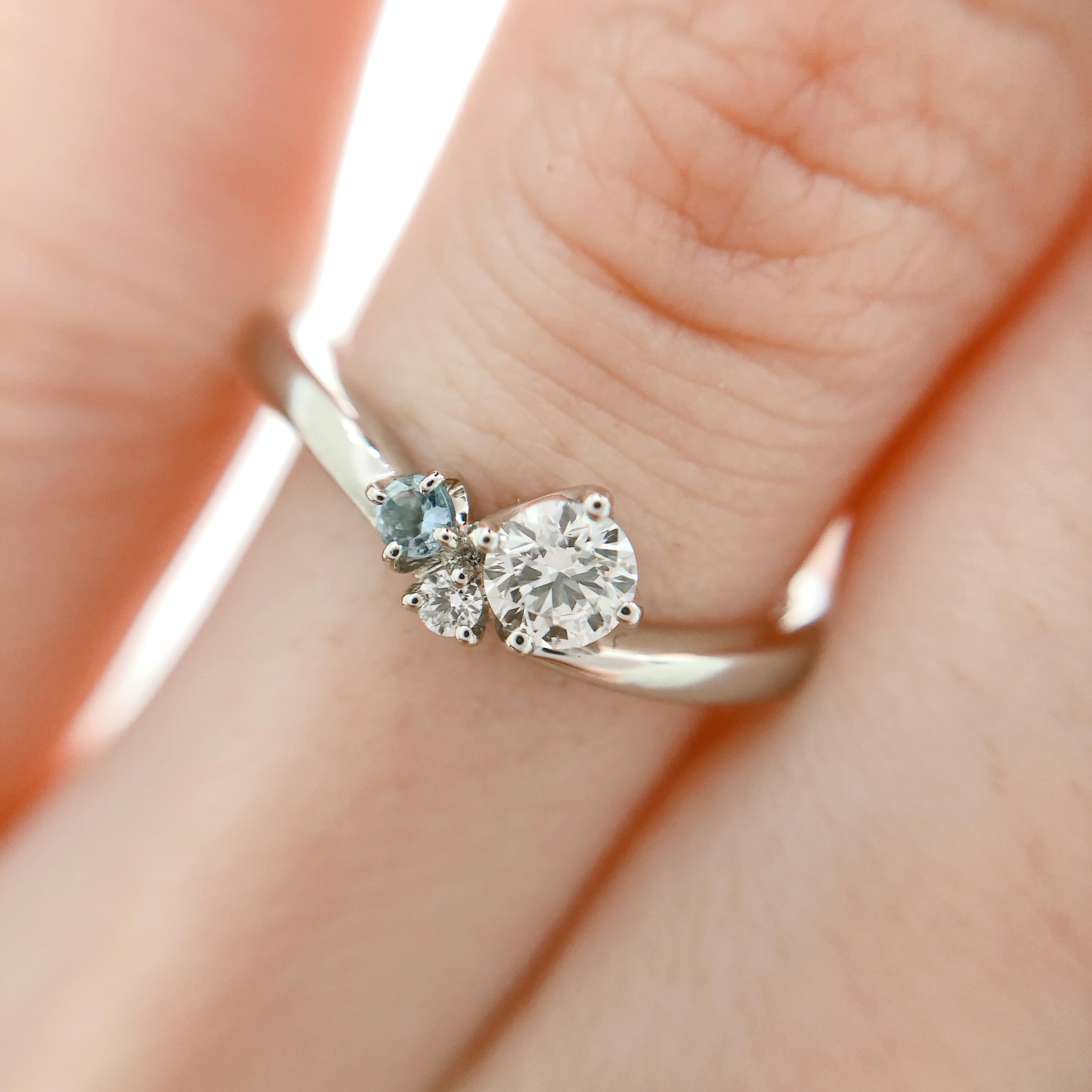 3石の大きさの違うダイヤモンドは他にはない個性的なデザイン