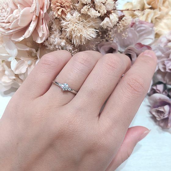 シンプルな王道婚約指輪は誰からも愛されます。