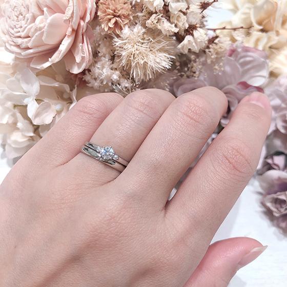 両サイドにセッティングされたメレダイヤモンドがキュートな印象。
