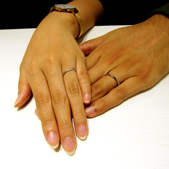 >シンプルな結婚指輪は婚約指輪とセットで身に着けて頂けるデザインで