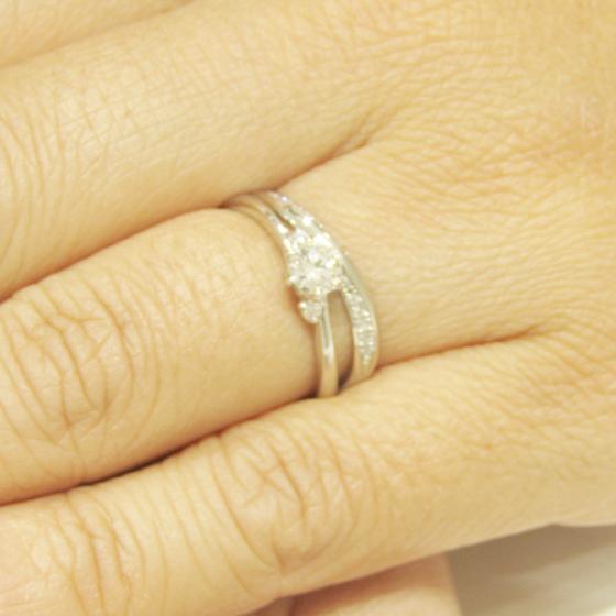 >婚約指輪と重ね付けできる結婚指輪をお選びいただきました
