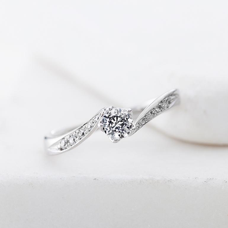 ダイヤのサイドに贅沢にメレダイヤをあしらい、ゴージャスなデザイン。満遍なく花を咲かせているようなイメージです。