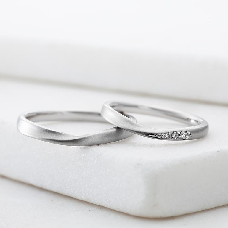 センターに向かって絞ったデザインなのでお指を綺麗に見せてくれます。レディースは、片方だけダイヤが施されていてオシャレなデザインです。
