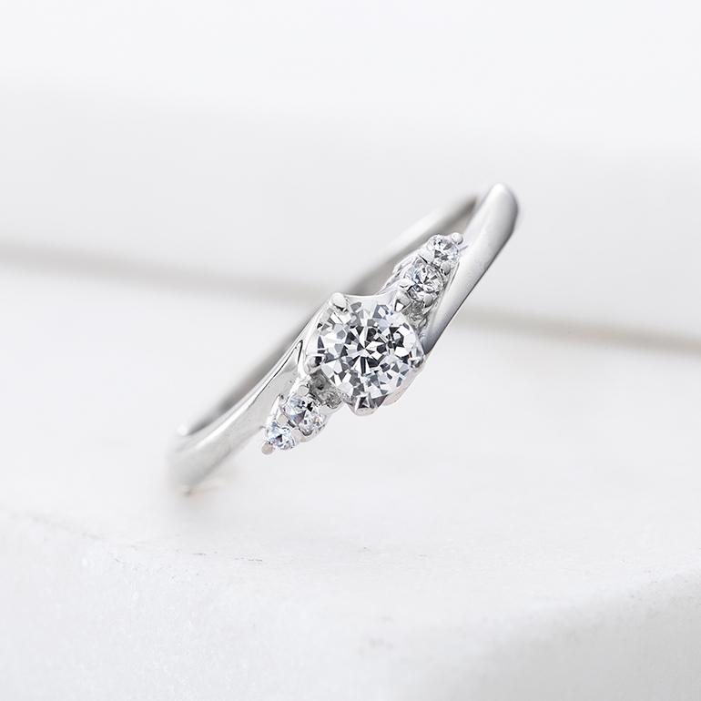 中心ダイヤのサイドに施されたダイヤで華やかさが増しています。