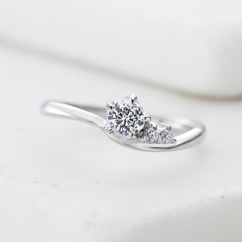 緩やかなカーブに沿ってダイヤがグラデーションのように施されていて人気なデザイン。