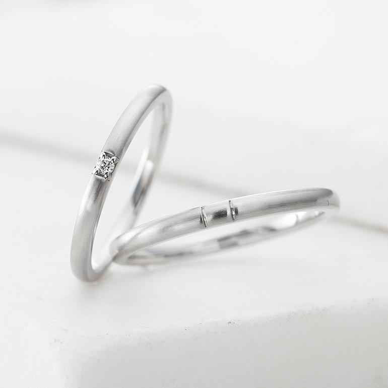 真っすぐシンプルなデザイン。シンプルな分、中心のダイヤが目立ちます☆