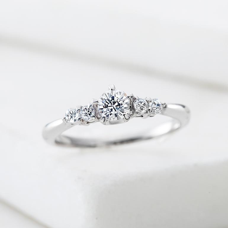 中心ダイヤのサイドに贅沢にメレダイヤをあしらい、ゴージャスな婚約指輪。