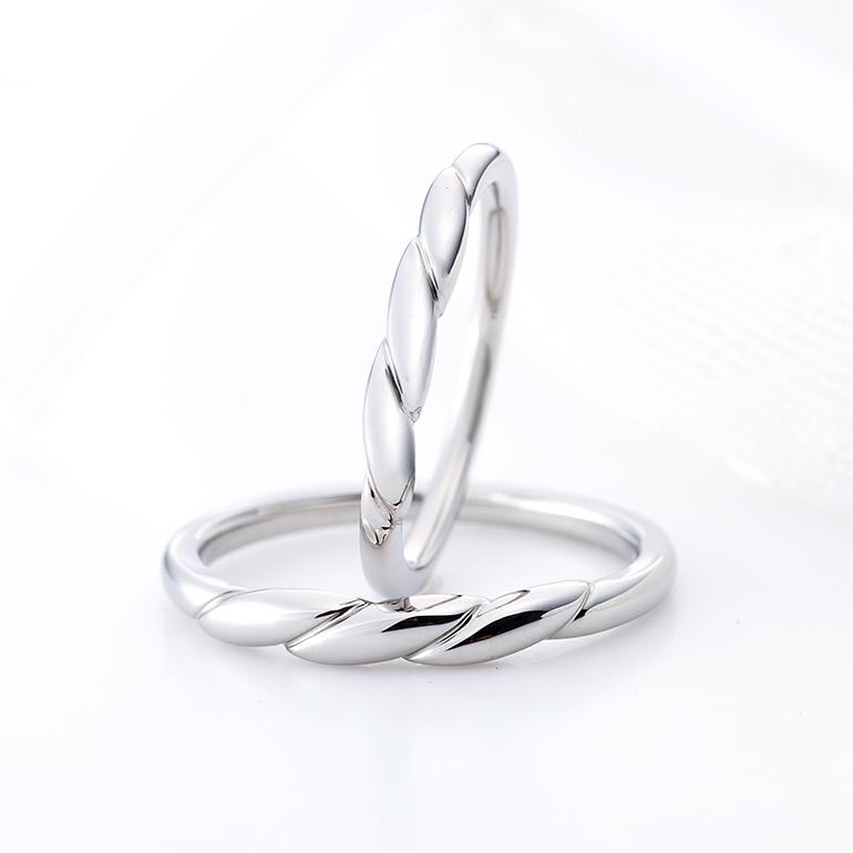 1本のロープがお二人の絆を結び付けてくれそうな個性的な結婚指輪。