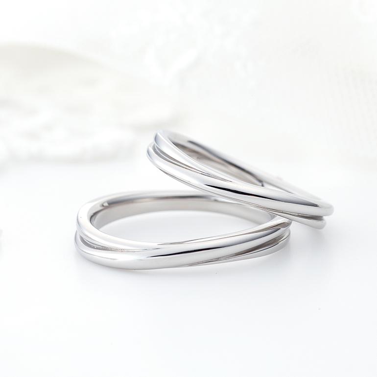 さりげなくクロスしているデザインは存在感もあり長く愛されるデザインの結婚指輪。